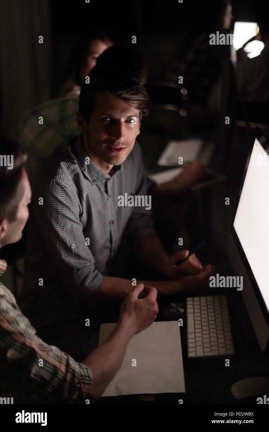 Close up.I dipendenti della società stanno discutendo nuove informazioni Immagini Stock
