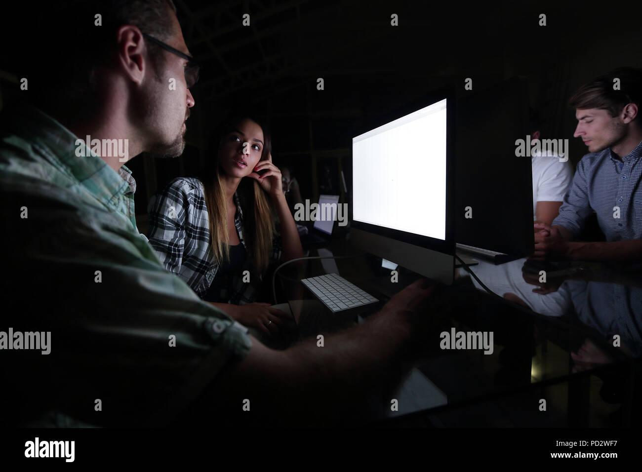 Il team aziende a utilizzare il computer per l'analisi dei dati Immagini Stock