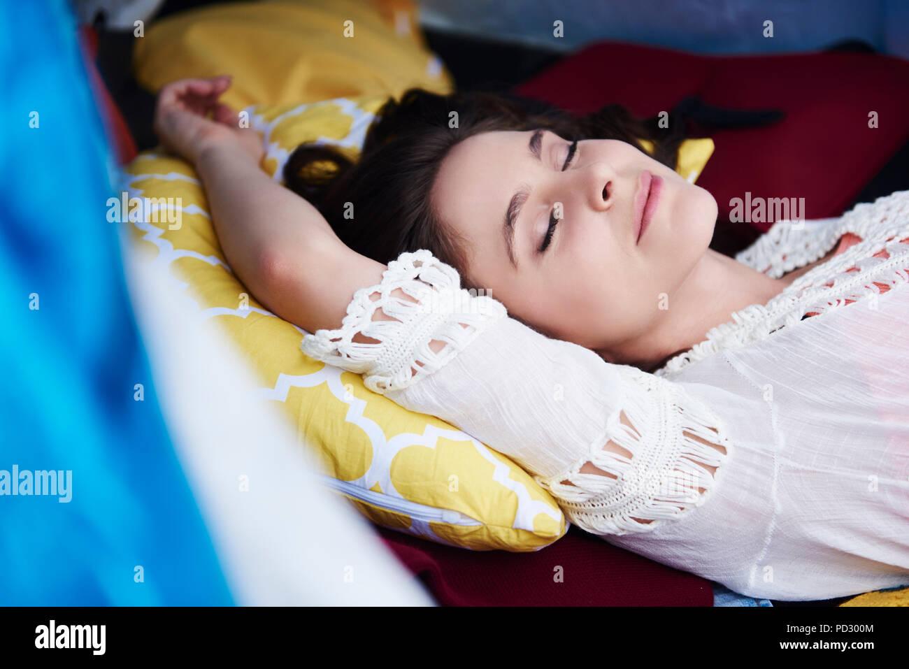 Donna disteso dormendo Immagini Stock