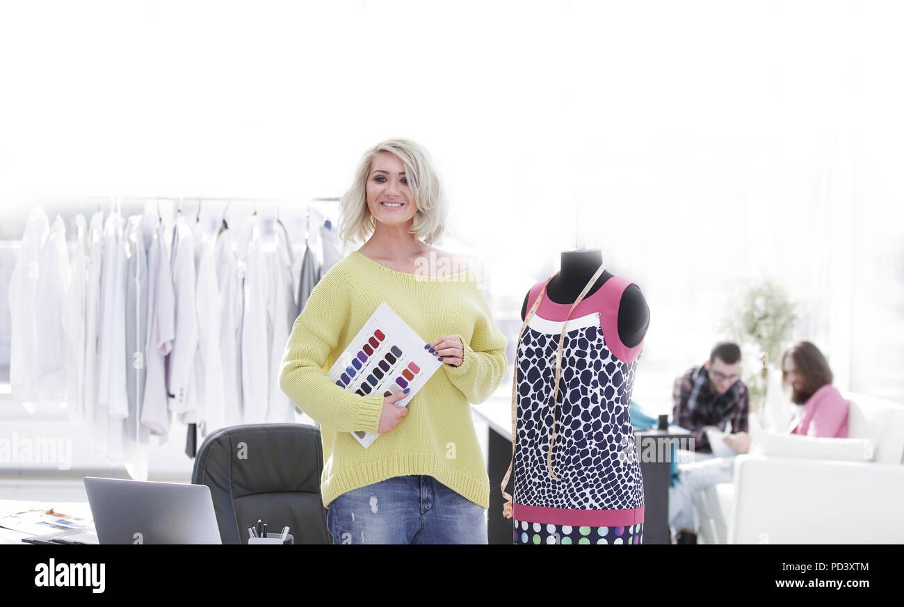 Femmina designer di moda con i campioni di tessuto per la nuova collezione Immagini Stock
