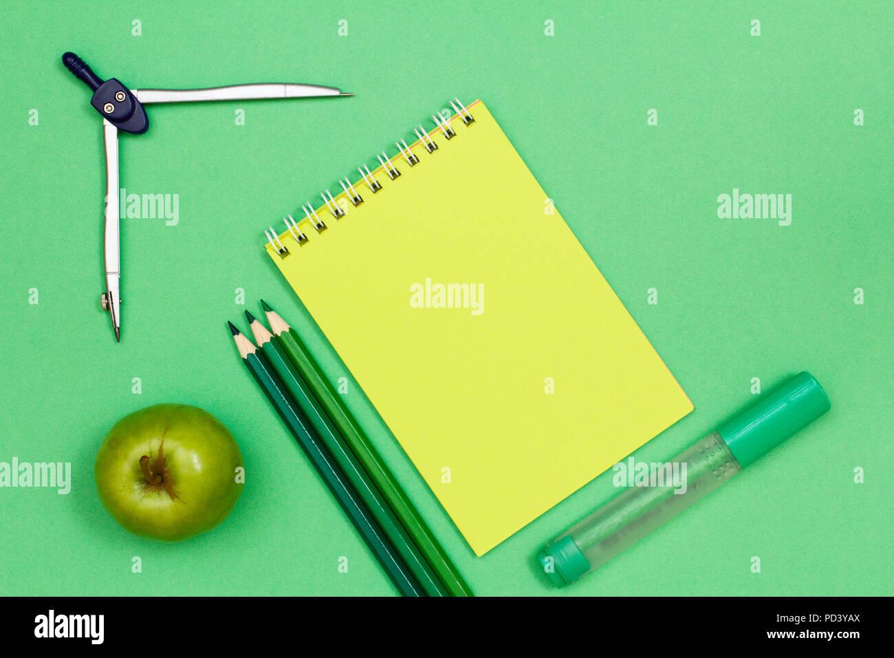 Bussola Apple Matite Colorate Notebook E Pennarello Su Sfondo