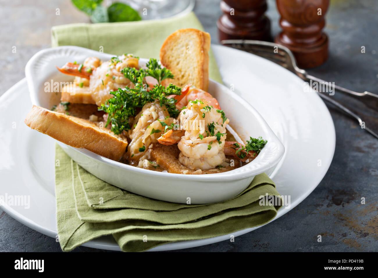 Gamberetti e salsa di pomodoro antipasto con pane tostato Foto Stock