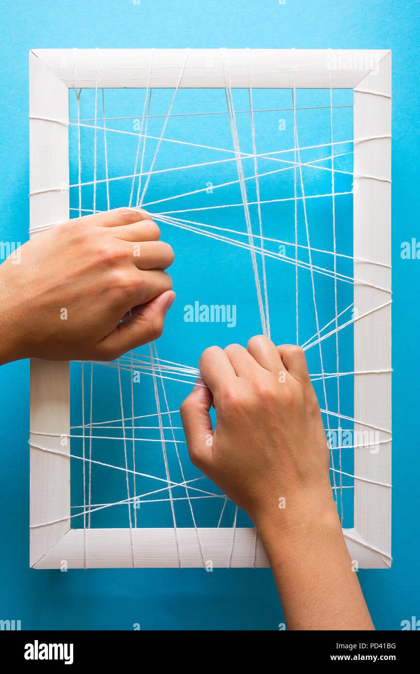 La salute mentale del concetto. Le mani delle donne provate a spezzare le catene su sfondo blu Immagini Stock