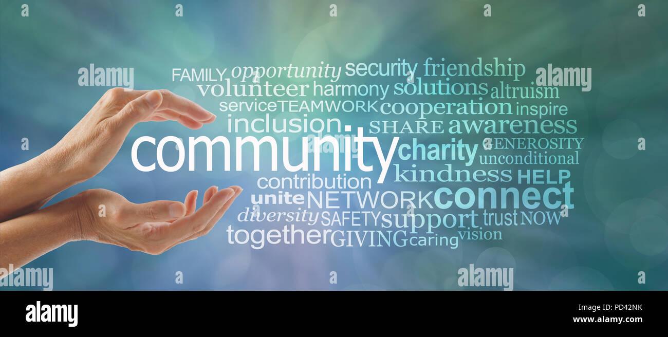 Femmina mani a tazza attorno alla parola comunità e una parola corrispondente tag cloud contro un blu verde sfondo bokeh di fondo - a fare la differenza Immagini Stock