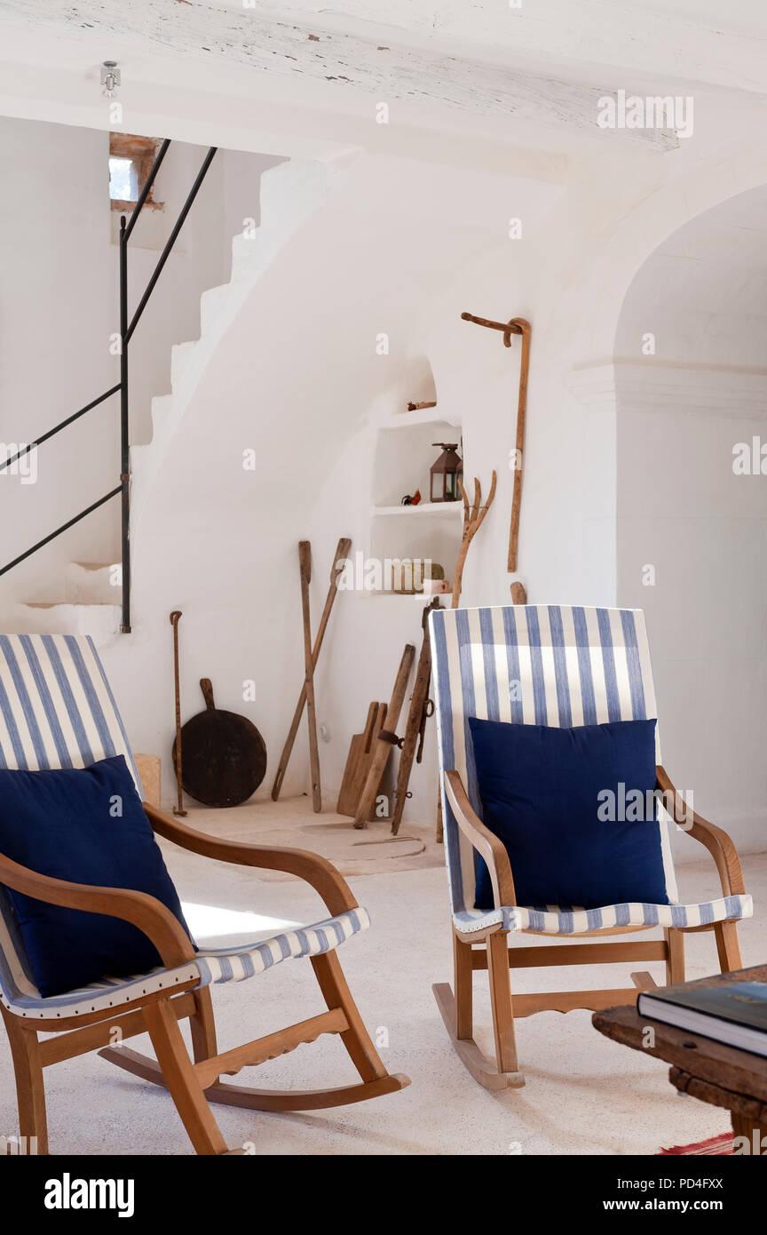 Rustico abitabile camera con moderne sedie a dondolo Foto & Immagine ...