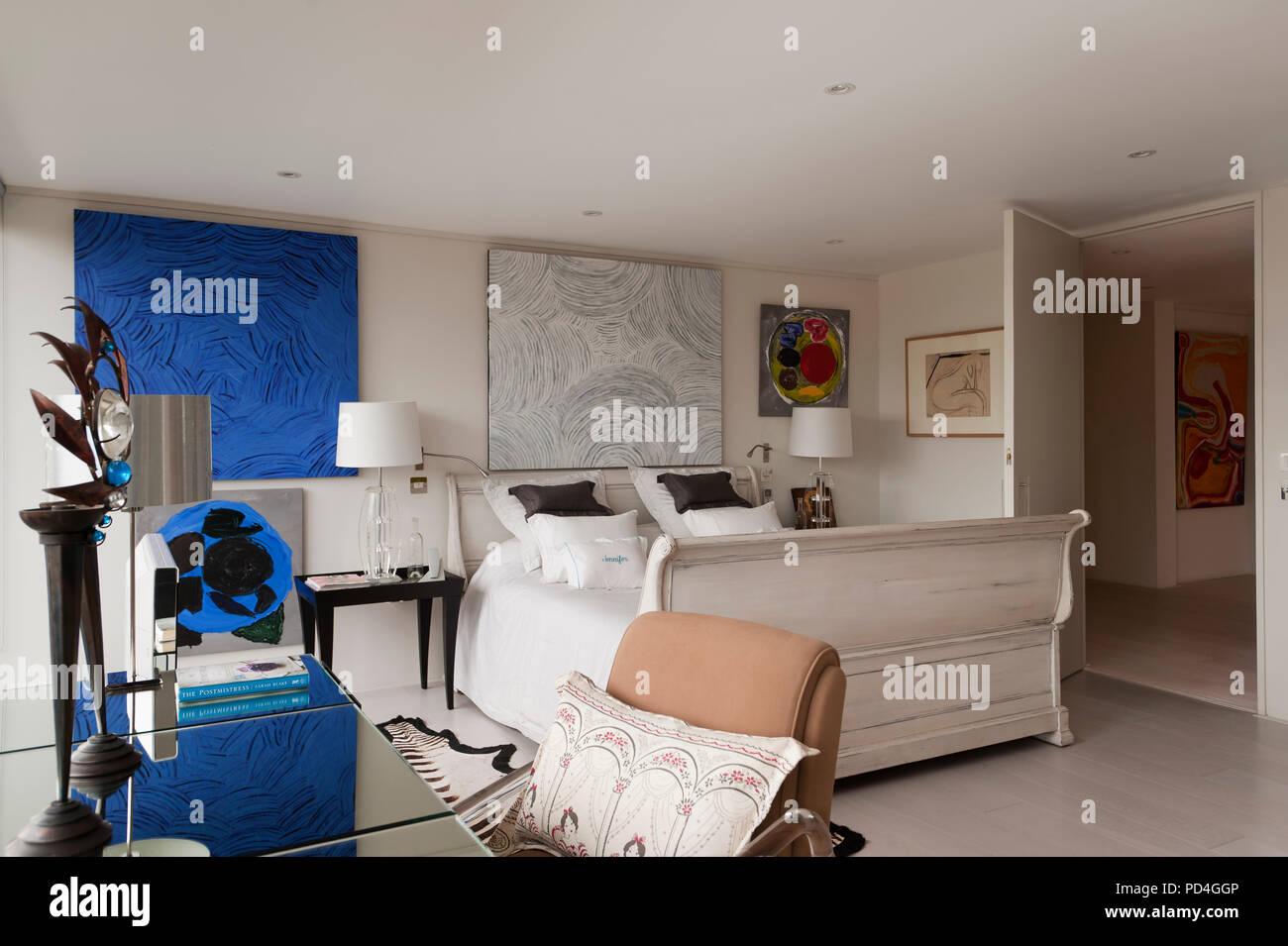 Stile moderno camera da letto Foto & Immagine Stock: 214615766 - Alamy