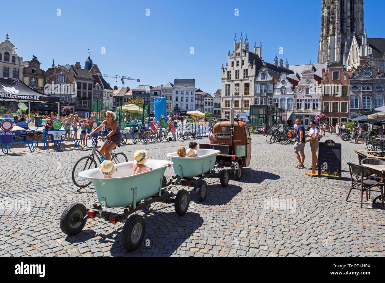 Vespaqua, Vespa Ape tirando vasca da bagno su ruote con piccolo felice bambini divertirsi presso la Grand Place di Mechelen / Malines, Fiandre, in Belgio Immagini Stock