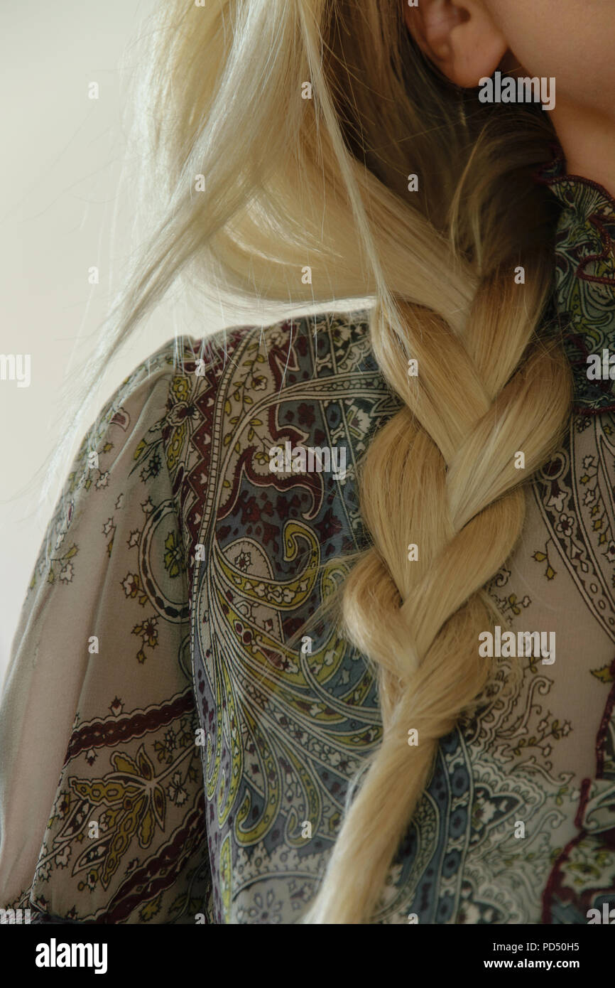 Concetto di acconciatura elegante. Close-up di una donna bionda con treccia di capelli. Elegante acconciatura quotidiana Immagini Stock