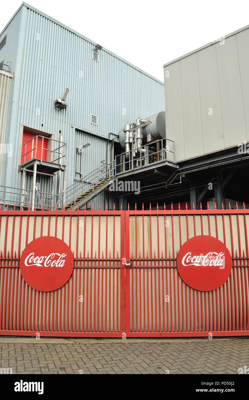 Gate a Coca-Cola impianto di imbottigliamento in Edmonton, Londra è uno dei più grandi impianti di imbottigliamento nel Regno Unito in grado di riempimento a sei milioni di bottiglie di un giorno Foto Stock