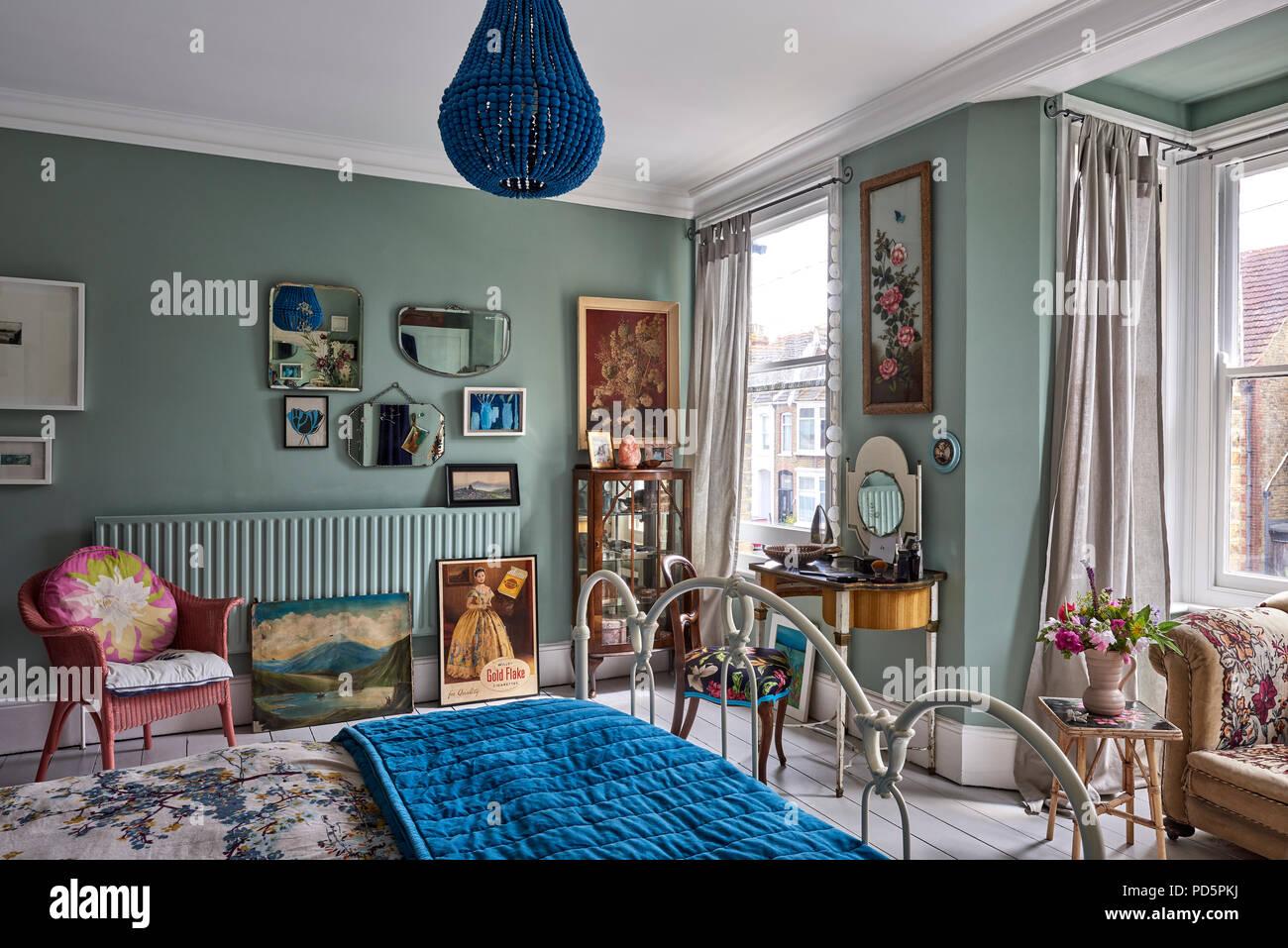 Specchi vintage e artwork da Jo Oakely sulla parete di luce ...
