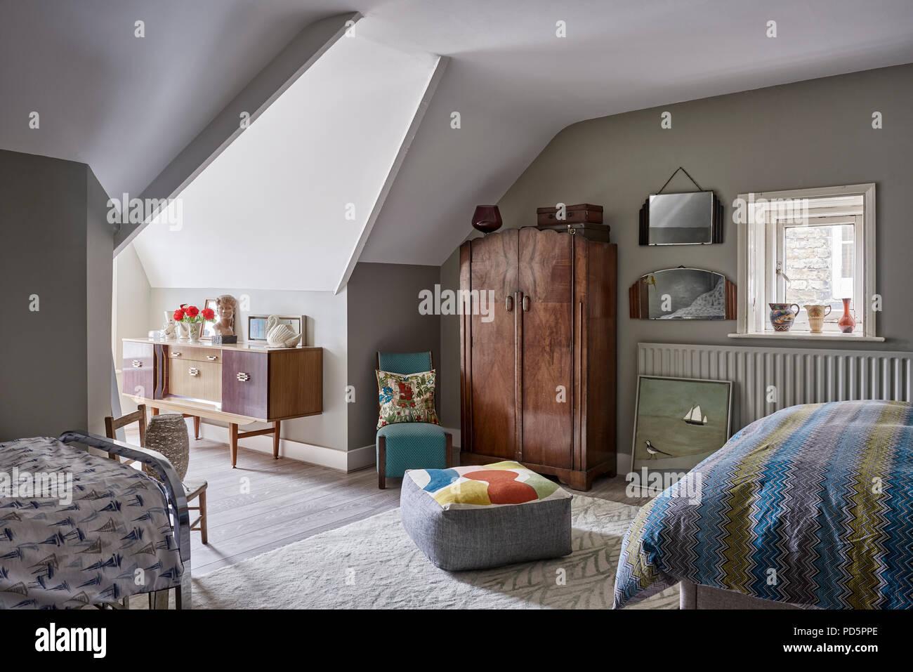 Mansarda camera da letto dipinta in francese grigio scuro a poco greene il cuscino per - Camera da letto in francese ...