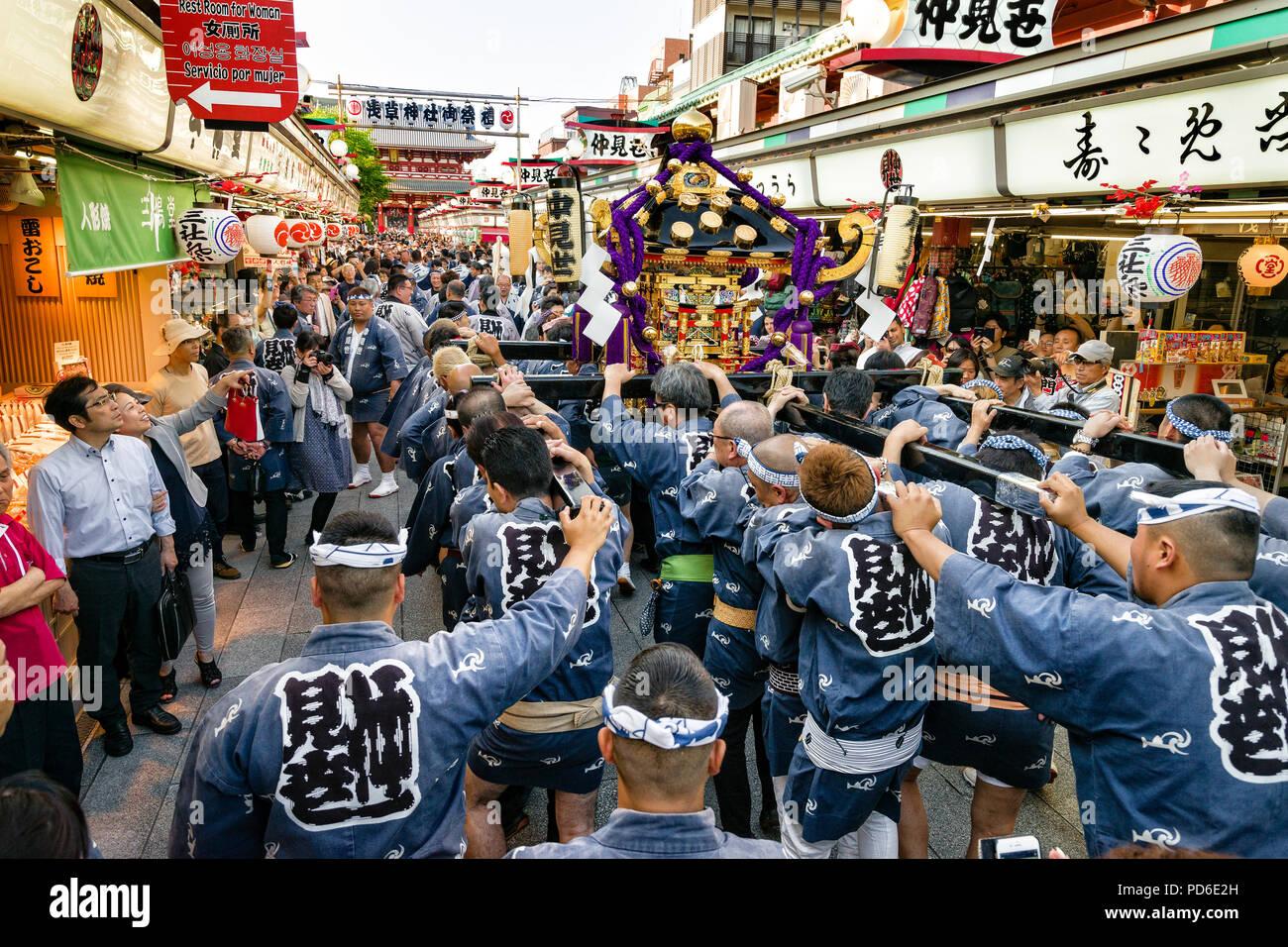 Giappone, isola di Honshu, Kanto, Tokyo, il Sanja matsuri. Immagini Stock