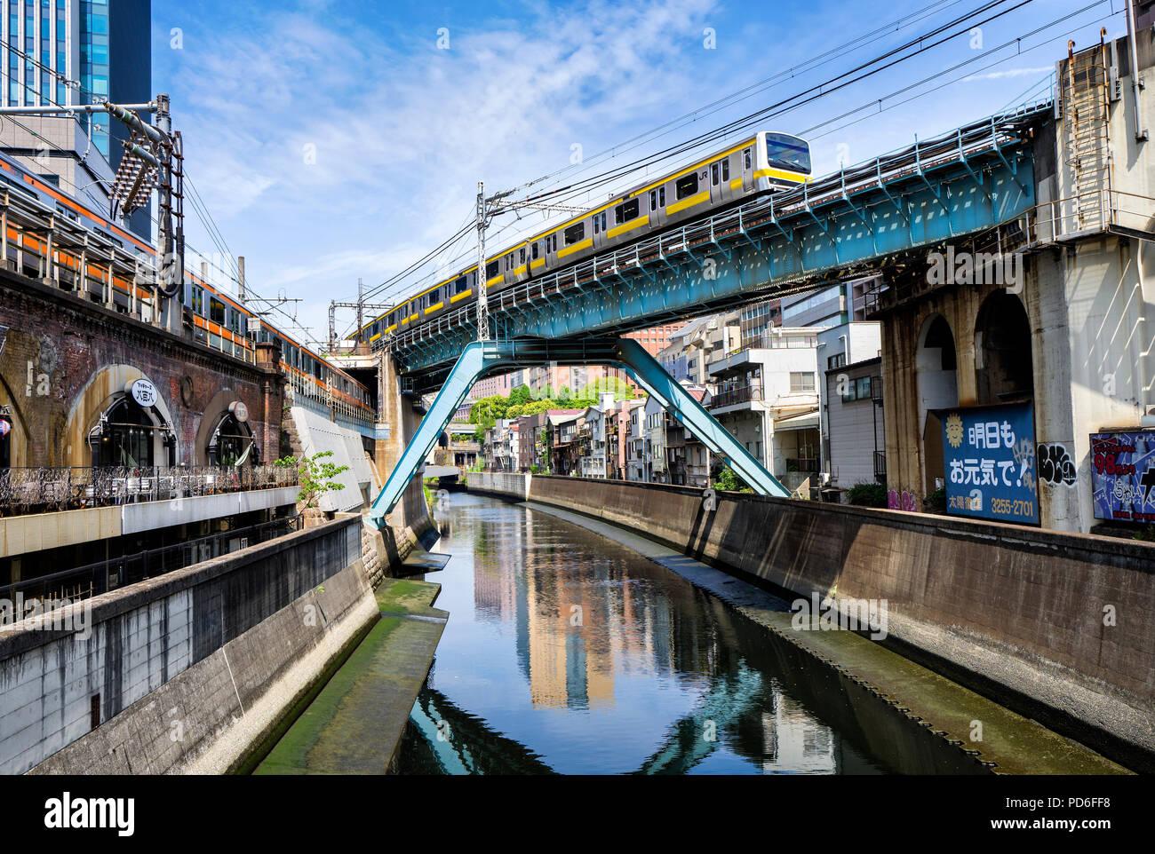 Giappone, isola di Honshu, Kanto, Tokyo, linee ferroviarie attraversando su un fiume. Immagini Stock