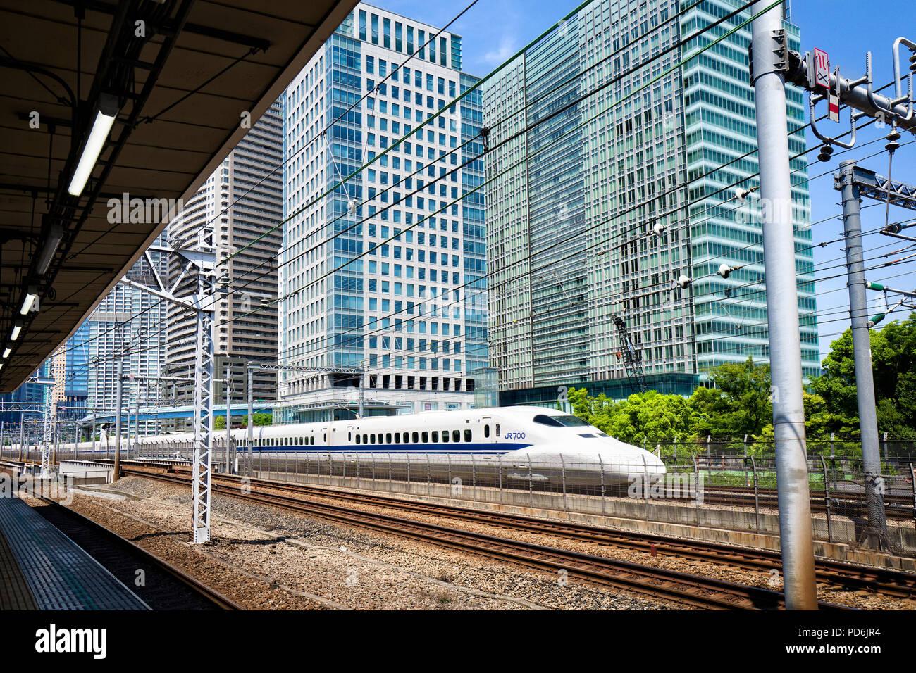 Giappone, isola di Honshu, Kanto, Tokyo, un Shinkansen in esecuzione in Tokyo. Immagini Stock