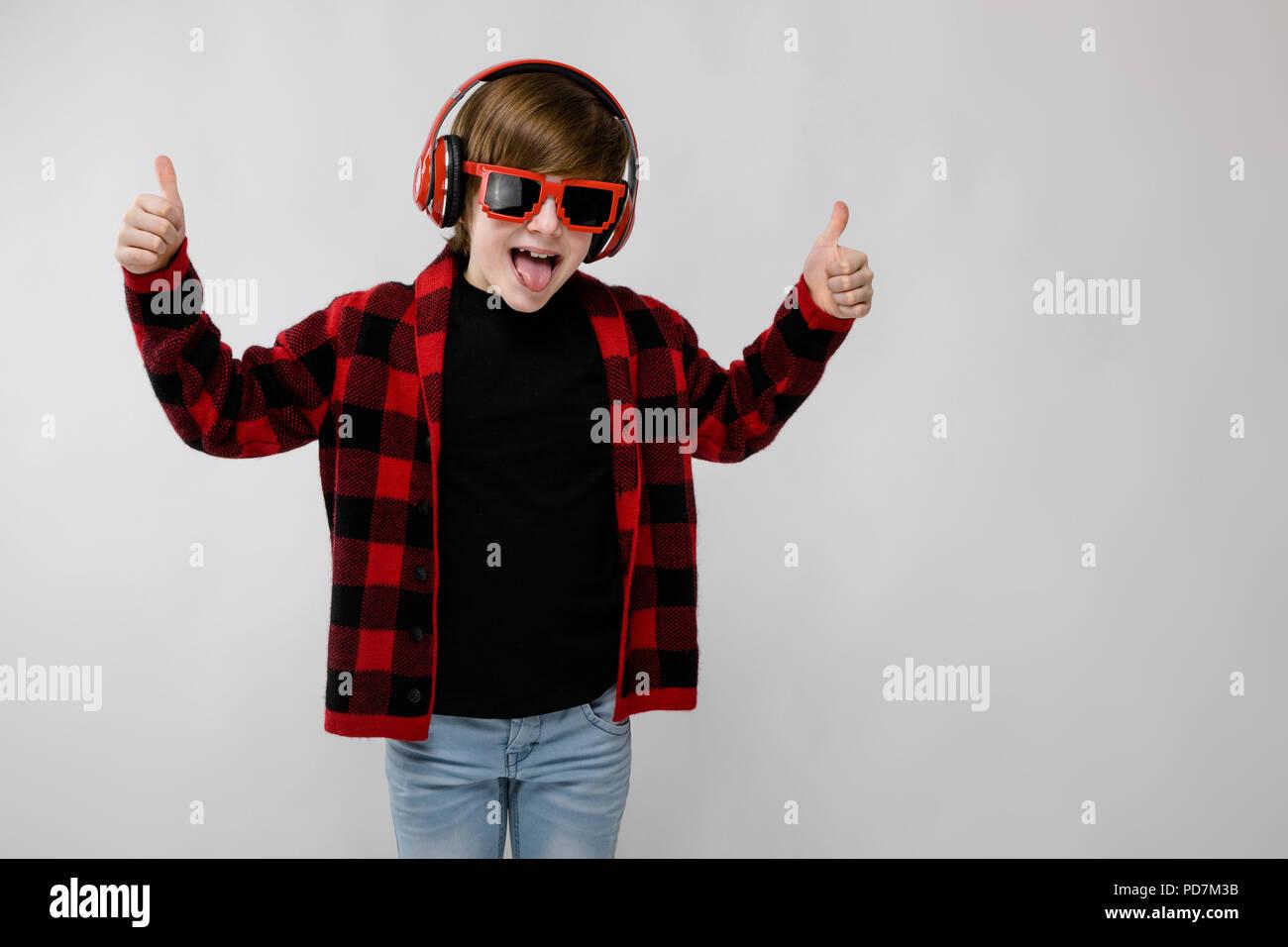Ragazzo adolescente nel quartiere alla moda di clother e cuffie Foto ... 2b17b679adaf