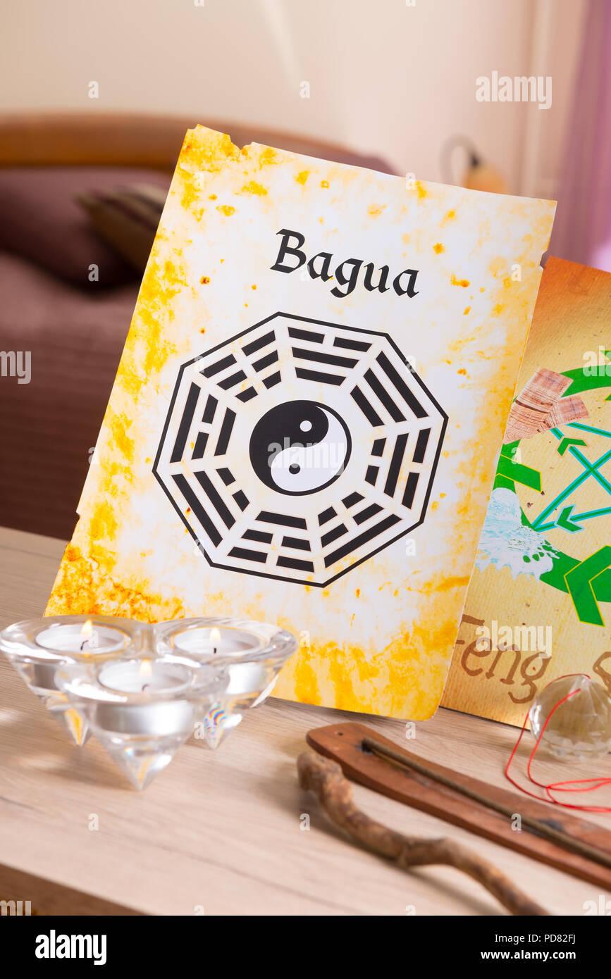 Immagine concettuale del Feng Shui con schema di Bagua Immagini Stock