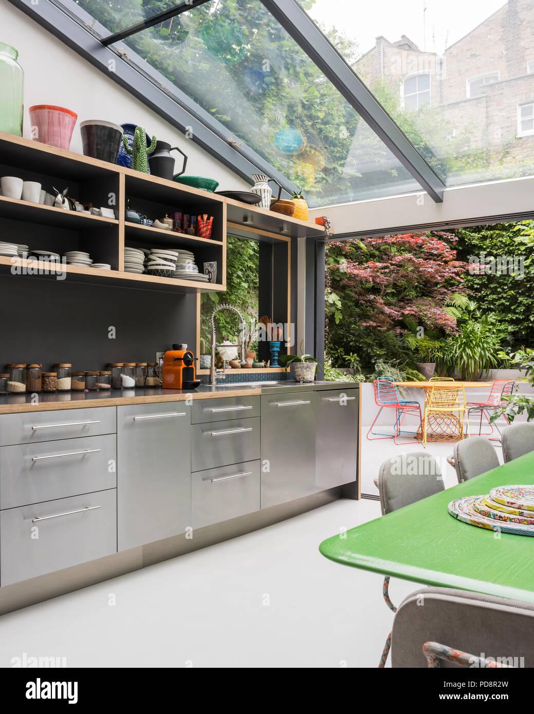 Custom verde-tavola dipinta da Tom Dixon e sedie da Moooi in cucina ...