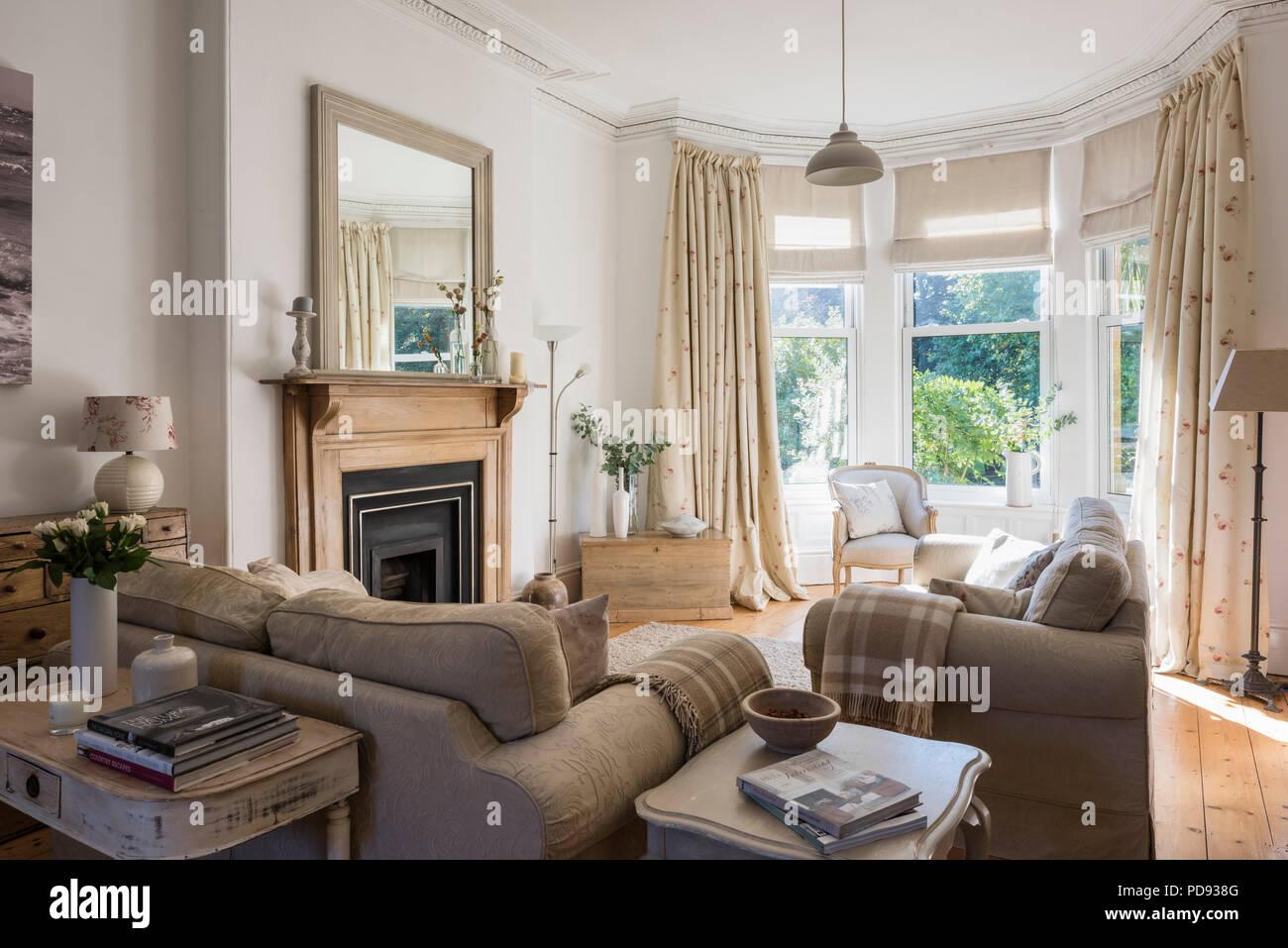Debenham divani nel luminoso salotto con mobili antichi di for Foto di mobili antichi
