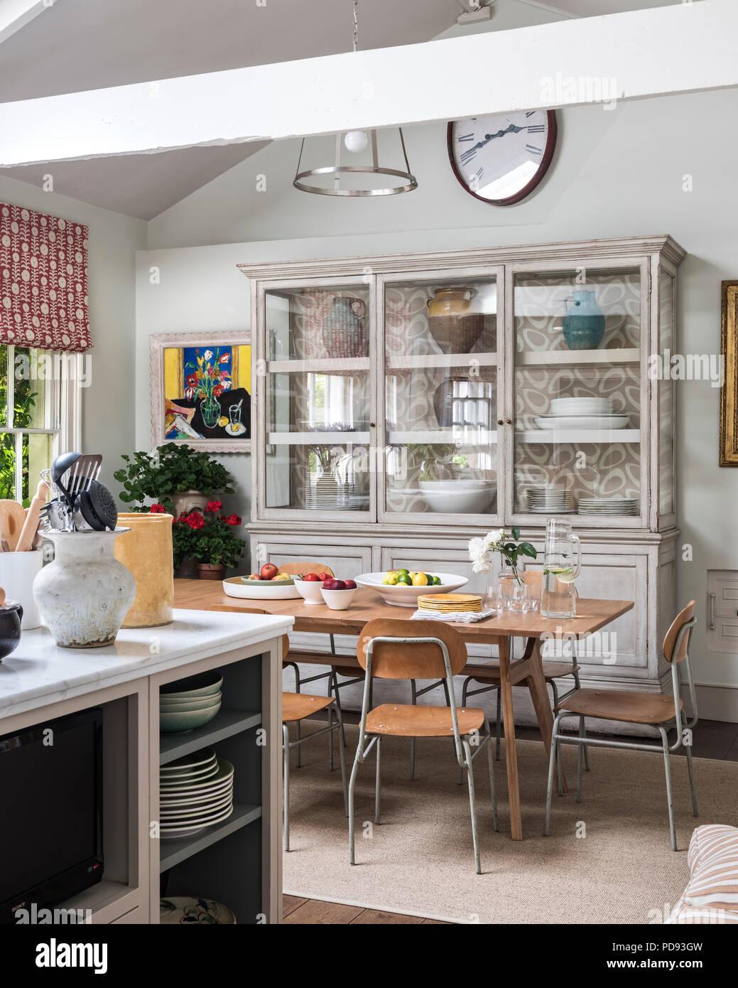 Una grande vetrata antica credenza in cucina sala da pranzo. Il ...
