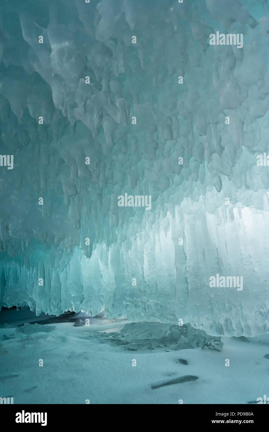 Grotta di ghiaccio sulla isola di Olkhon sul lago Baikal in Siberia in inverno Immagini Stock
