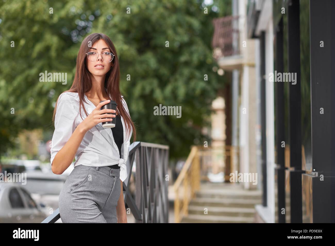 77b956ac0abb Ritratto di vestito elegante ragazza giovane con grandi occhi e labbra  carnose