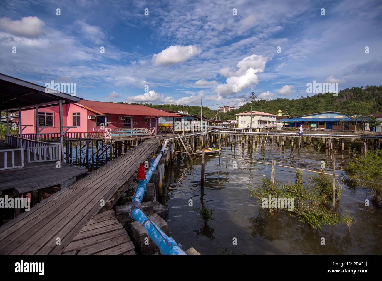 Sollevate le case galleggianti e a piedi i modi di insediamento storico Kampong Ayer, significato acqua village, in Bandar Seri Begawan, la città capitale di Br Immagini Stock