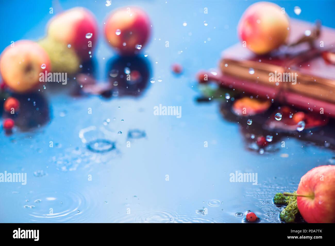 Autunno pioggia telaio con copia spazio. Le mele non focalizzato con gocce di acqua e posto per il testo. Fresca e ariosa Autumn harvest concept Immagini Stock