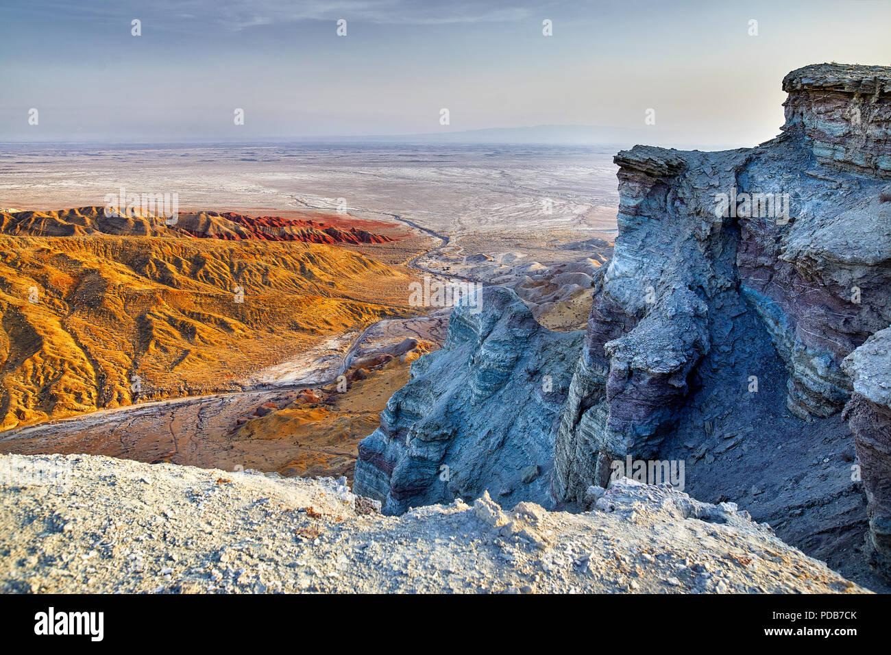 Vista aerea di bizzarre montagne stratificata nel parco deserto Altyn Emel in Kazakistan Foto Stock