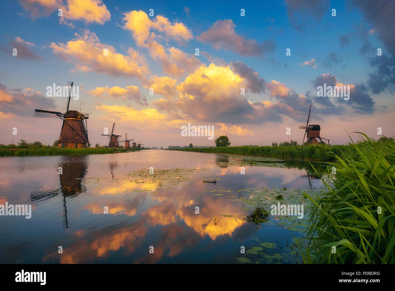 Tramonto al di sopra di vecchi mulini a vento olandese a Kinderdijk, Paesi Bassi Immagini Stock
