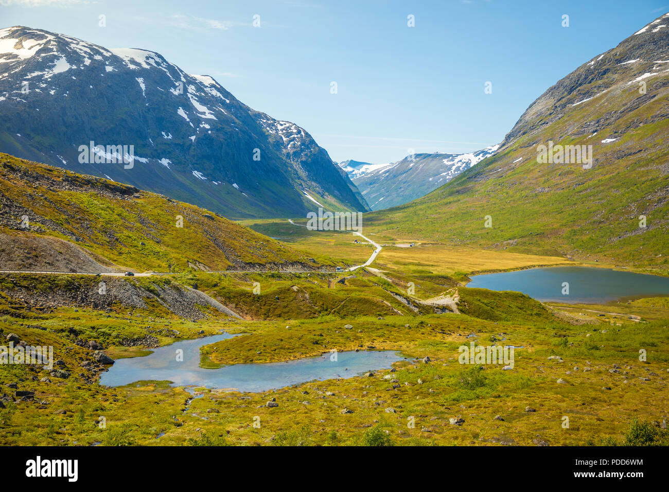 Il bellissimo paesaggio di strada di campagna in Norvegia e Scandinavia Immagini Stock