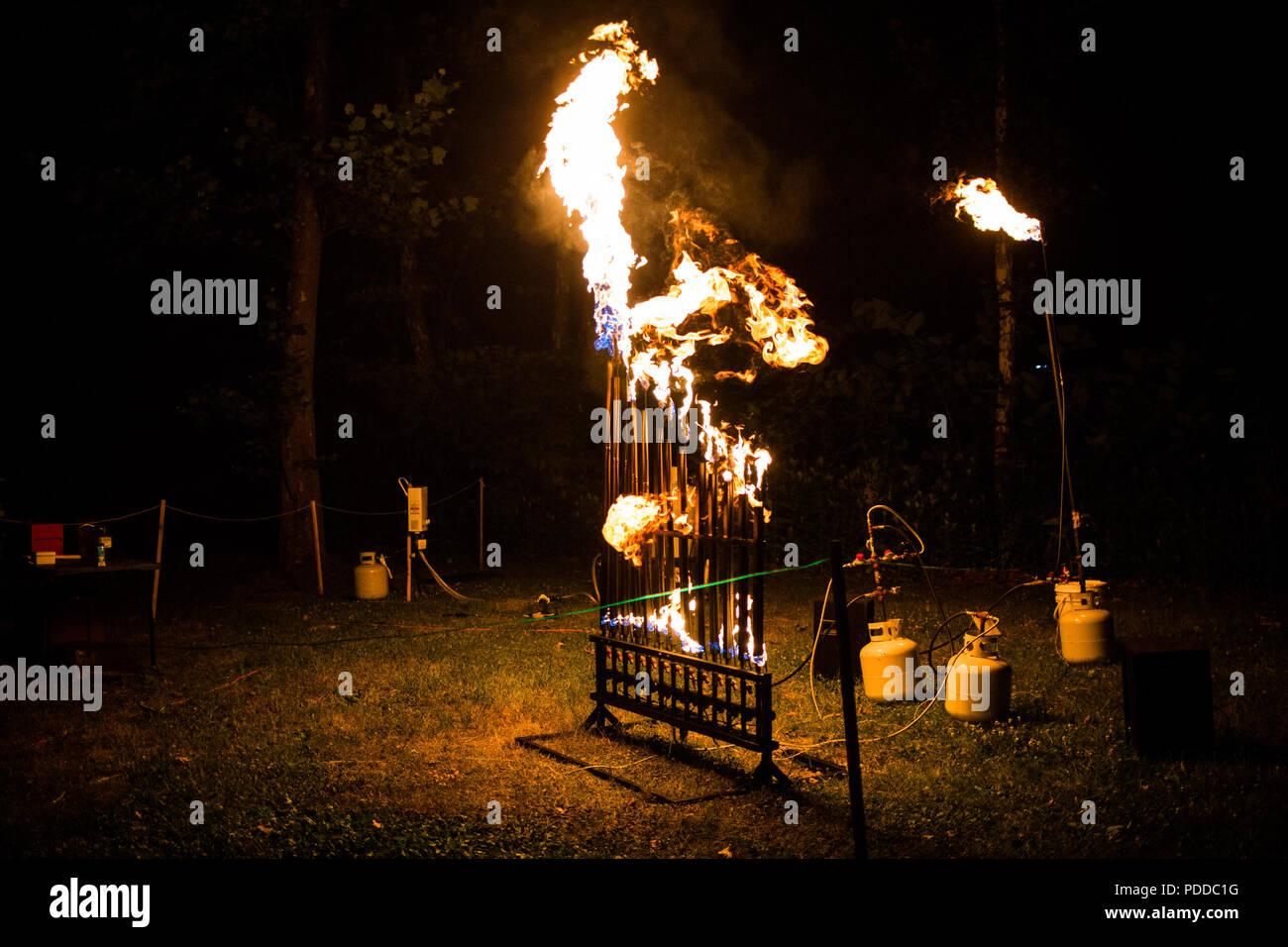 Pyrophone organo di fuoco di notte la riproduzione di musica