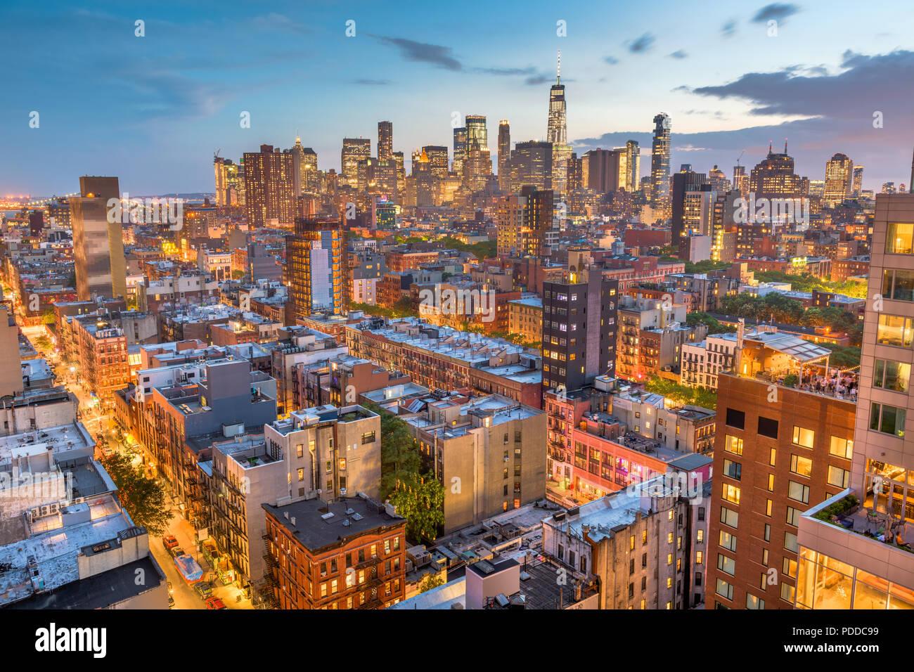 New York, New York, Stati Uniti d'America Financial District skyline da Lower East Side al crepuscolo. Immagini Stock