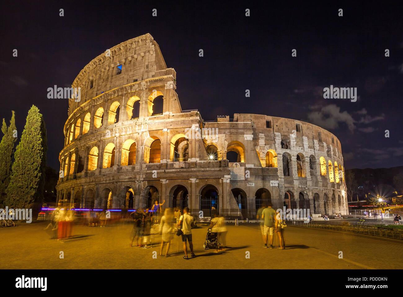 Colosseo di Roma (Colosseo) di notte, una delle principali attrazioni di viaggio a Roma. L'Italia. Immagini Stock