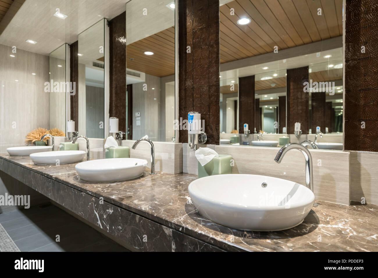 Interno del bagno con lavandino e rubinetto asciugamano nero in