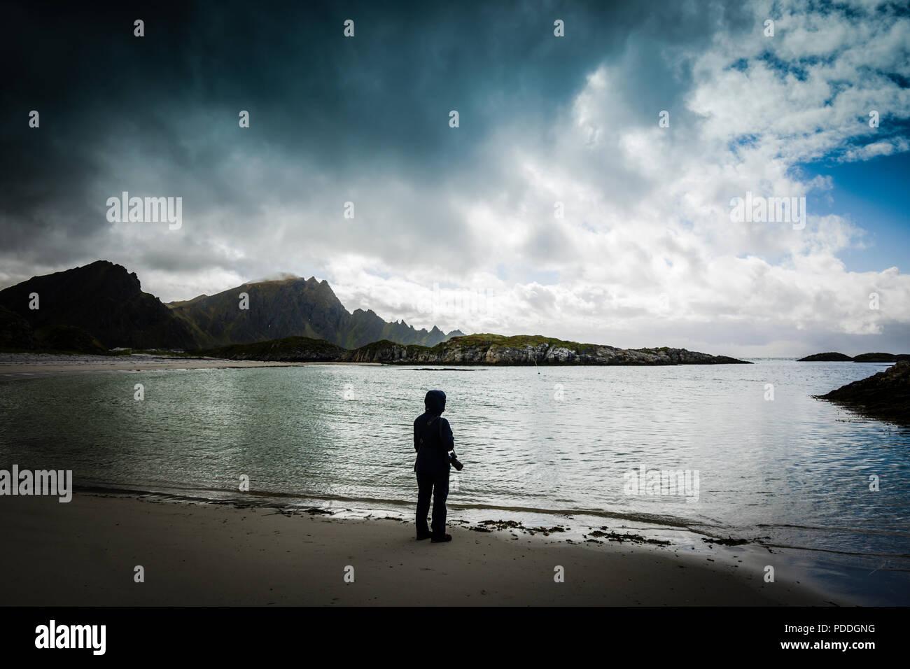 Lone femmina in un giorno di tempesta a Andenes beach, Vesteralen, Norvegia. Immagini Stock