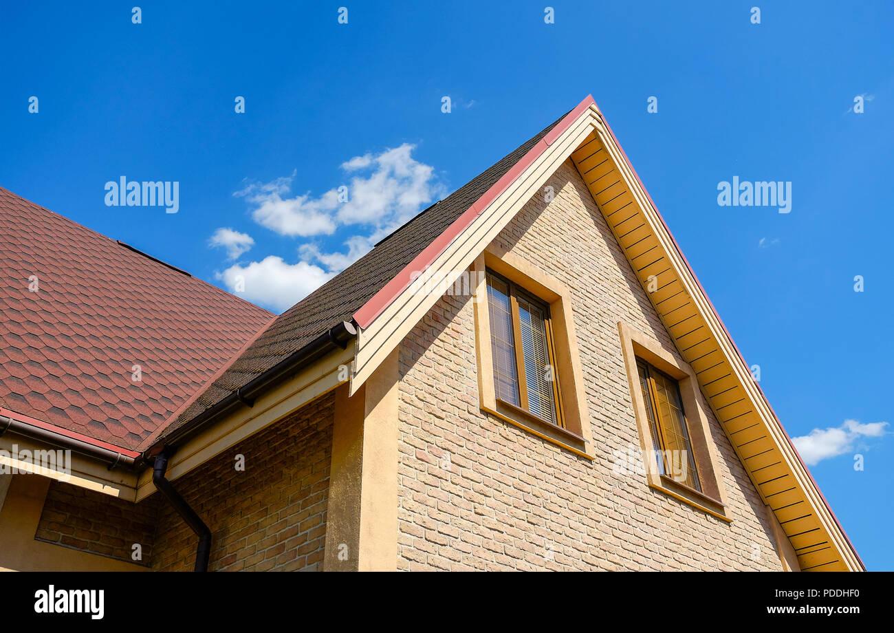 Piastrella sullo sfondo di ardesia. tetto protezione da pioggia e
