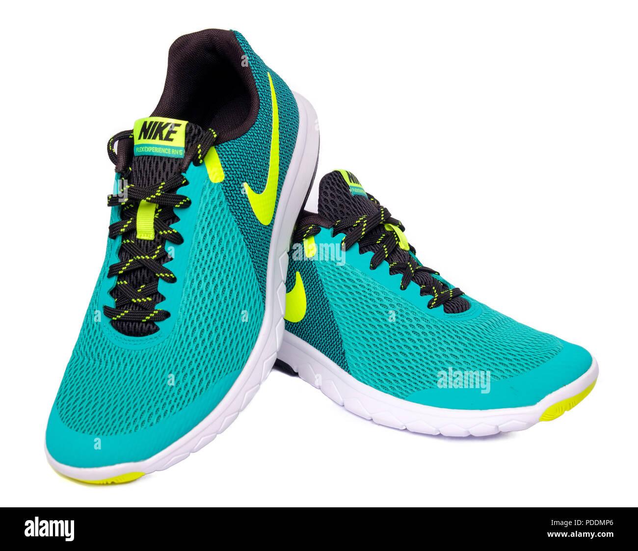promo code db1c7 75816 Coppia di verde Nike Flex esperienza RN 5 scarpe running ritagliare isolati  su sfondo bianco