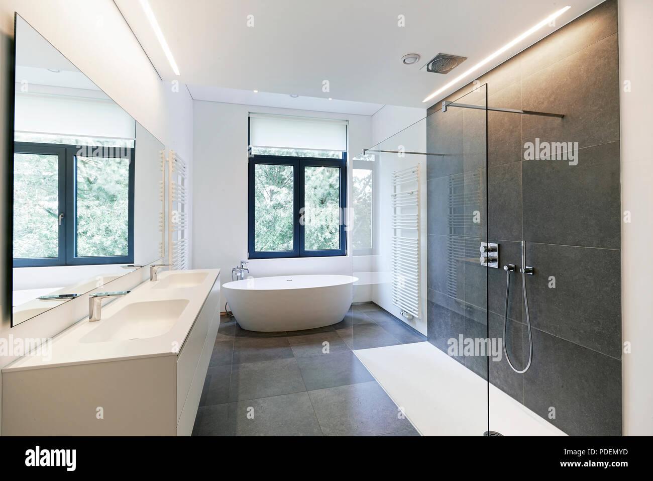 Vasca da bagno in corian rubinetto e doccia in bagno piastrellato