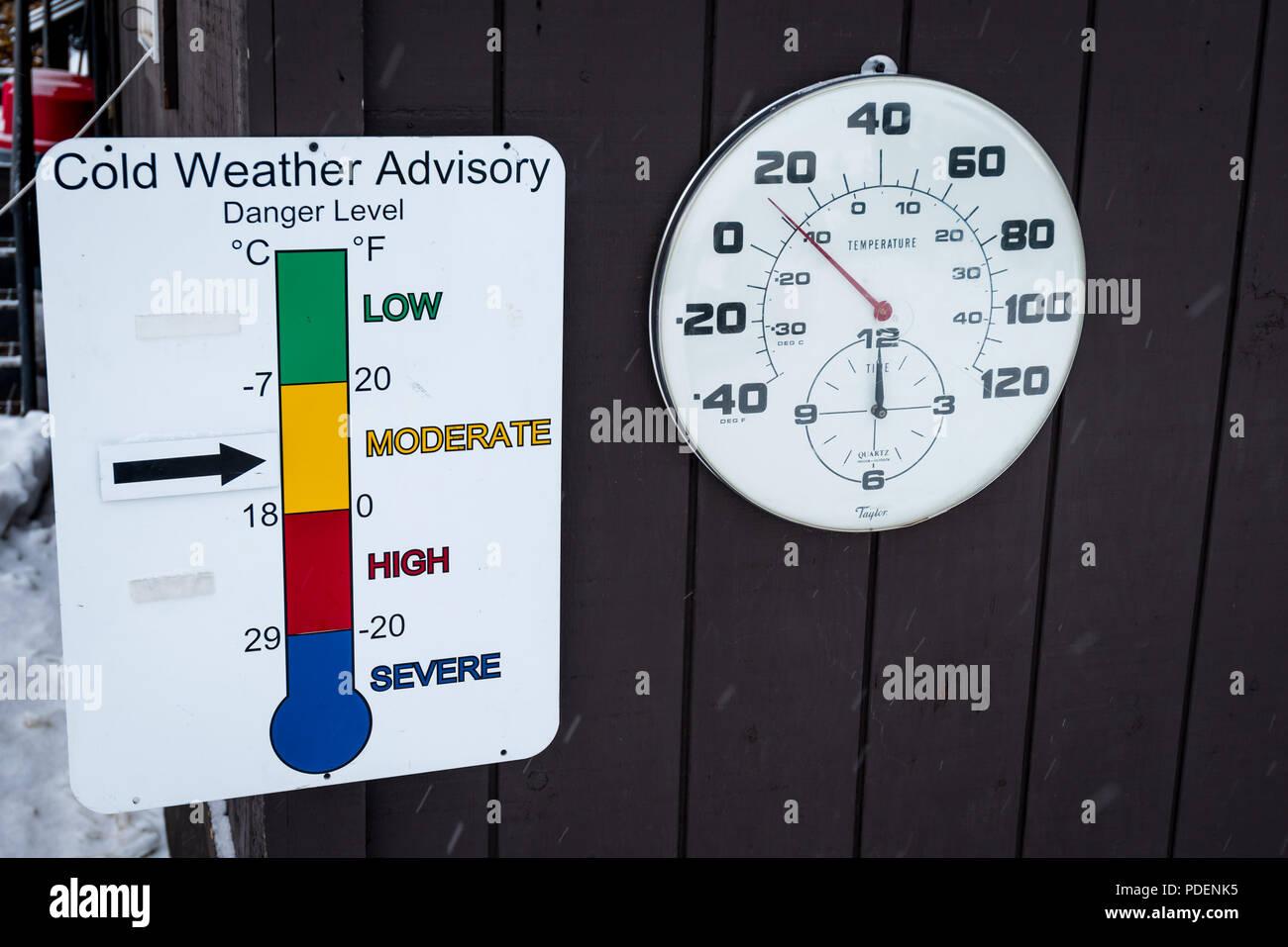 Termometro all'esterno dell'edificio nel Parco Nazionale di Yellowstone, USA con un freddo segno consultivo. Immagini Stock