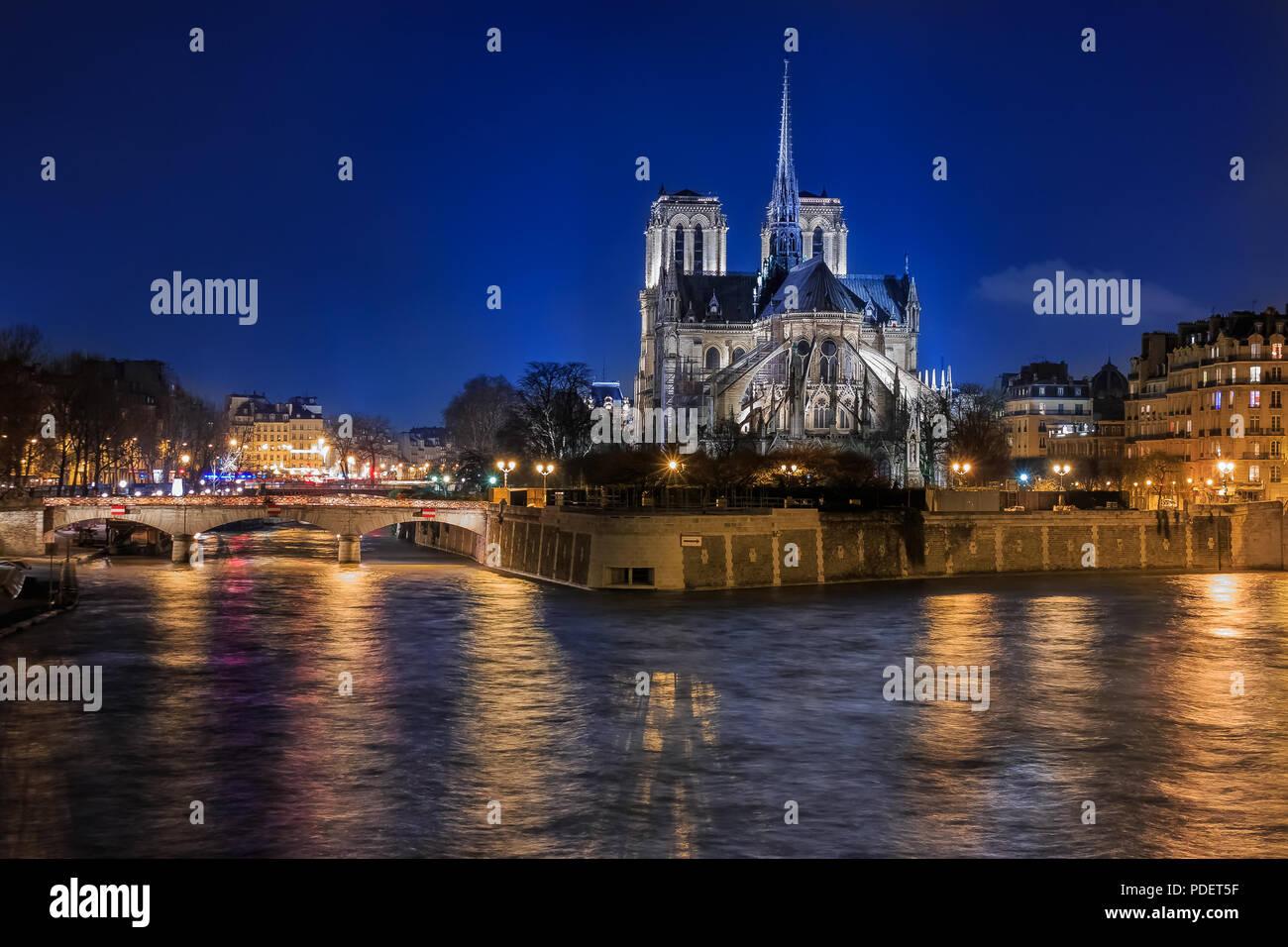 Vista sul Fiume Senna illuminatred sul retro della Cattedrale di Notre Dame de Paris di notte in, famosa in tutto il mondo romano gotica Cattedrale cattolica ho Immagini Stock
