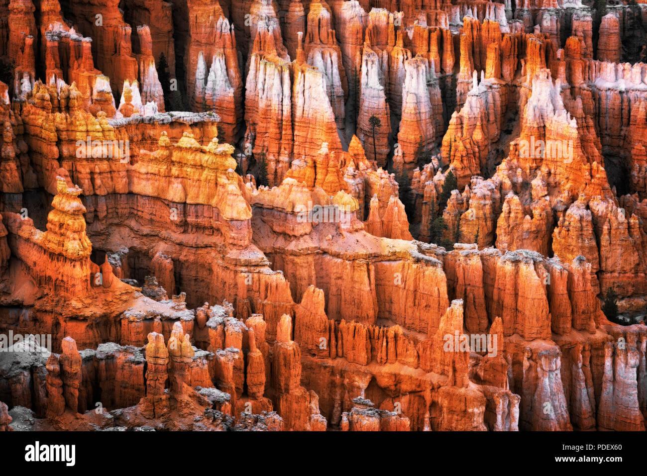 Serata crepuscolo civile glow sulla hoodoos della città silenziosa dal punto di ispirazione in Utah Bryce Canyon National Park. Immagini Stock