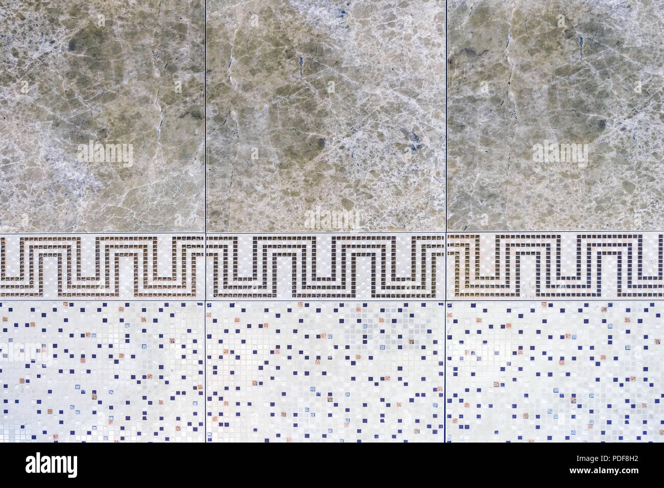 Piastrelle in ceramica con ornamenti. un mosaico di piastrelle in