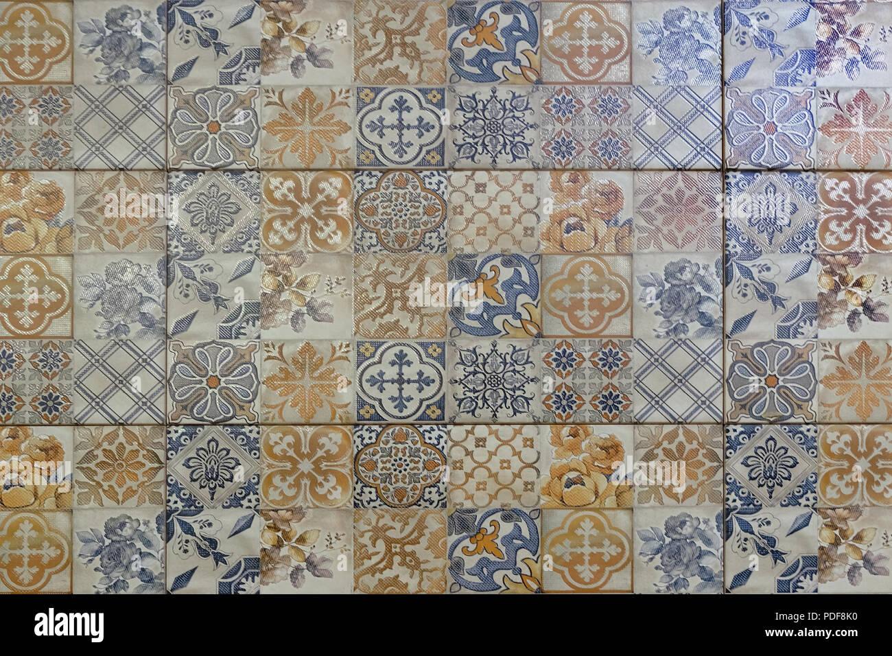 Piastrelle in ceramica con ornamenti. Un mosaico di ...