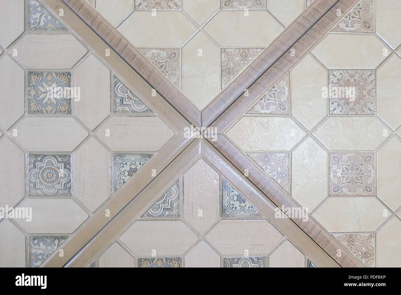 Piastrelle in ceramica con ornamenti. Un mosaico di piastrelle in ...