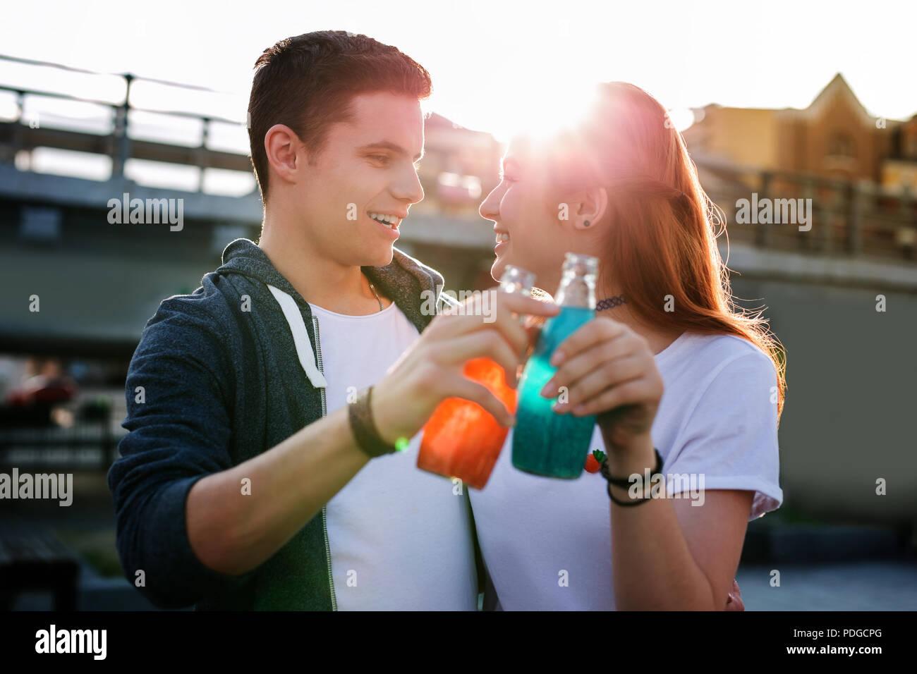 Gioiosa bella gente godendo le loro bevande in modo delizioso. Immagini Stock