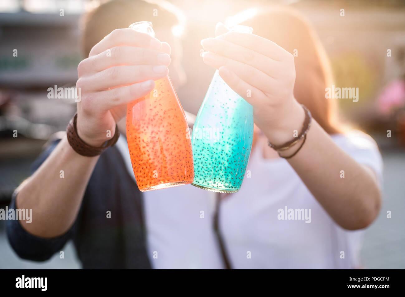 Messa a fuoco selettiva di bottiglie con bevande dolci ricordi. Immagini Stock
