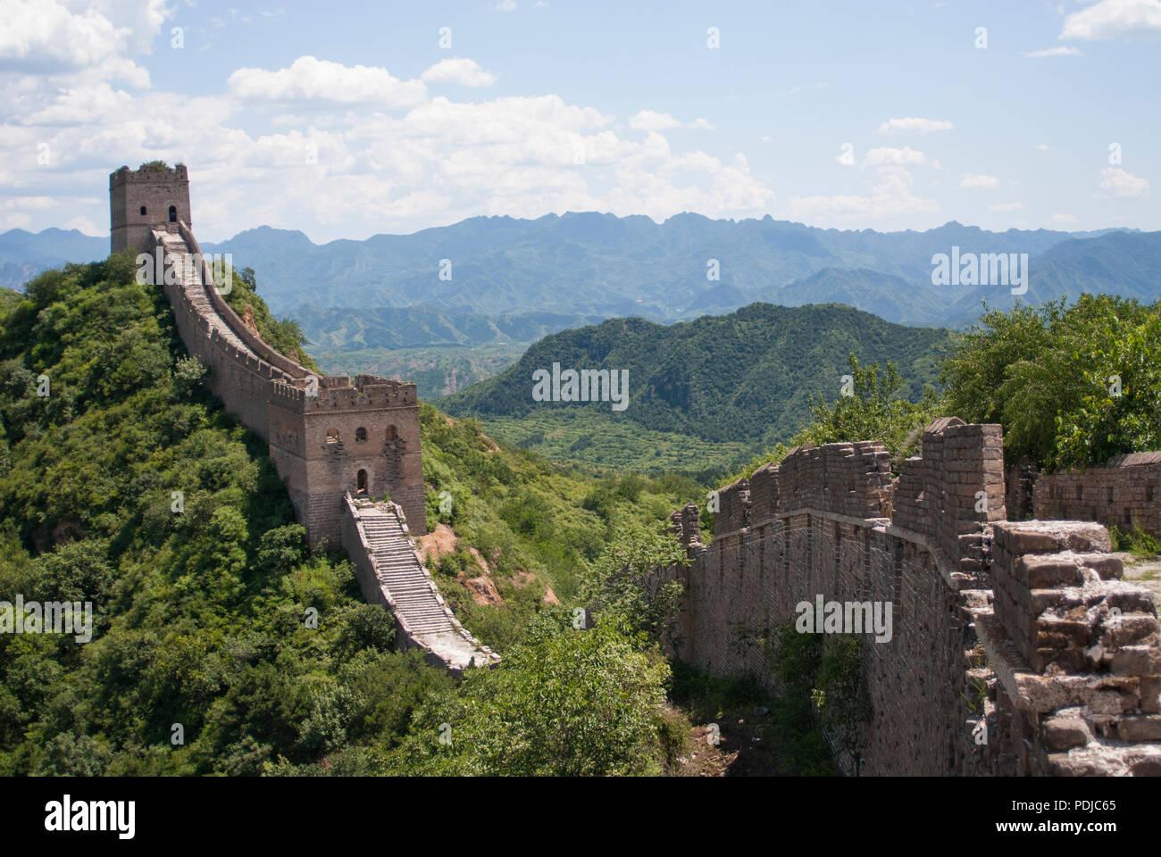 La Grande Muraglia della Cina a Jinshanling, un popolare percorso escursionistico e uno dei meglio conservati di parti della Grande Muraglia con molte caratteristiche originali. Immagini Stock