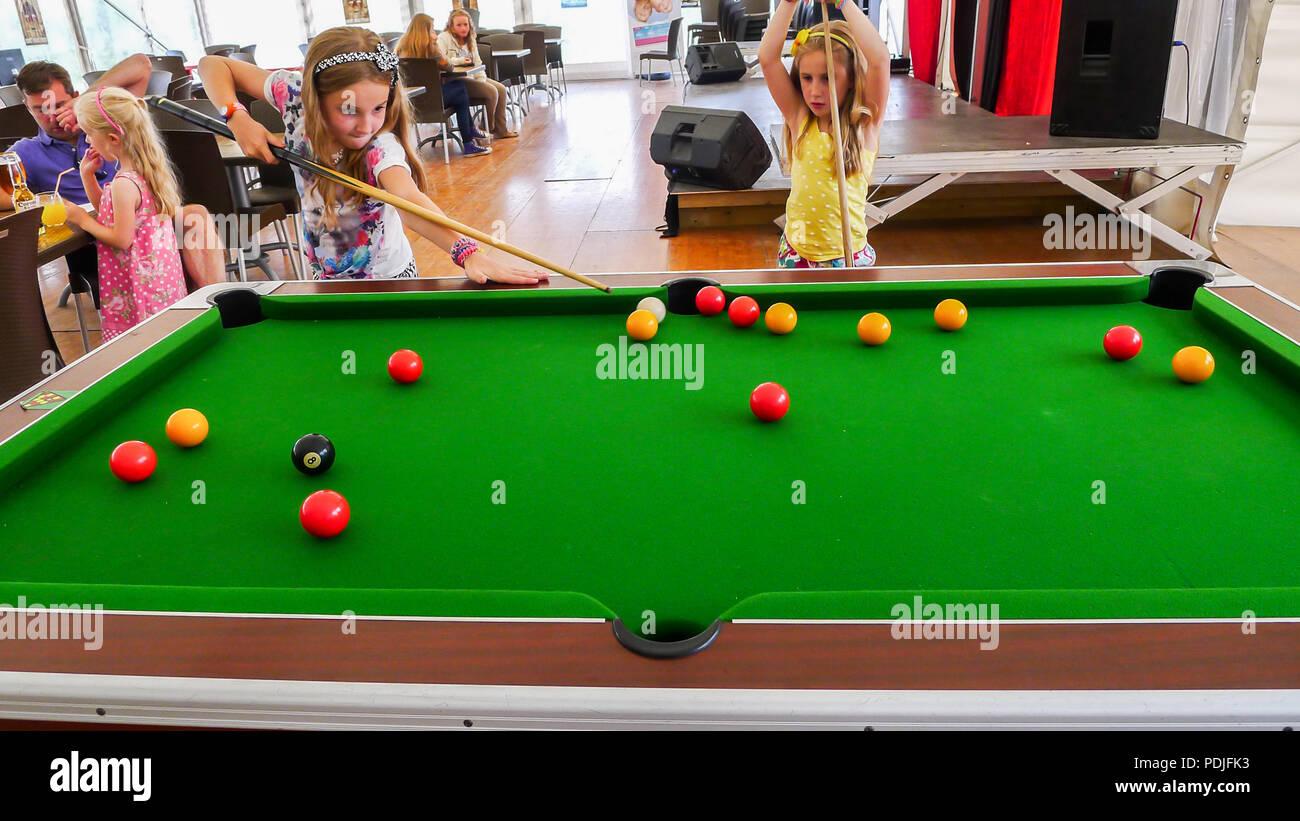 Bambini I bambini giocando a biliardo snooker biliardo holding ...