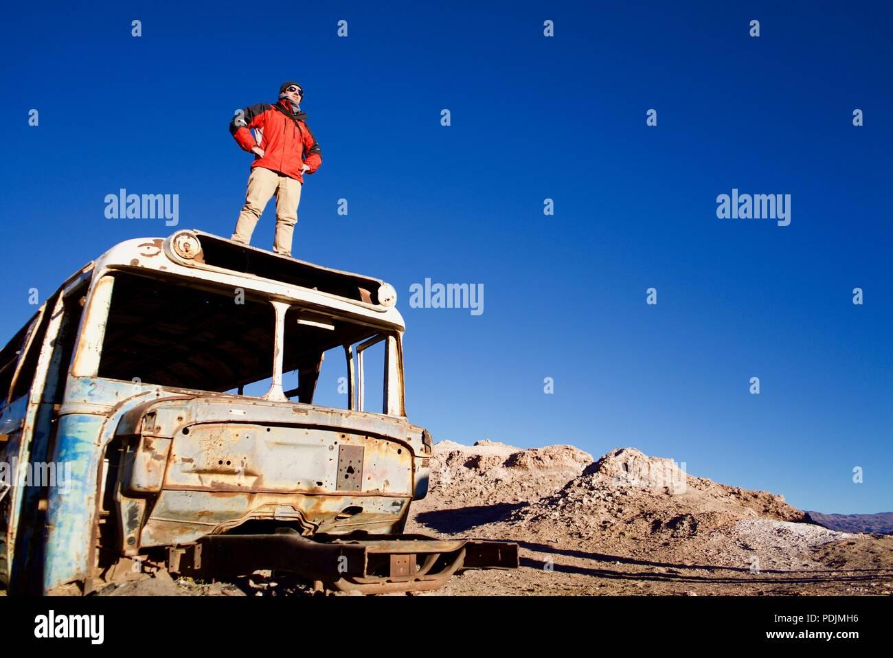 Pronto ad affrontare le nuove sfide. Prese su un bus abbandonati nel deserto di Atacama molto presto la mattina Immagini Stock