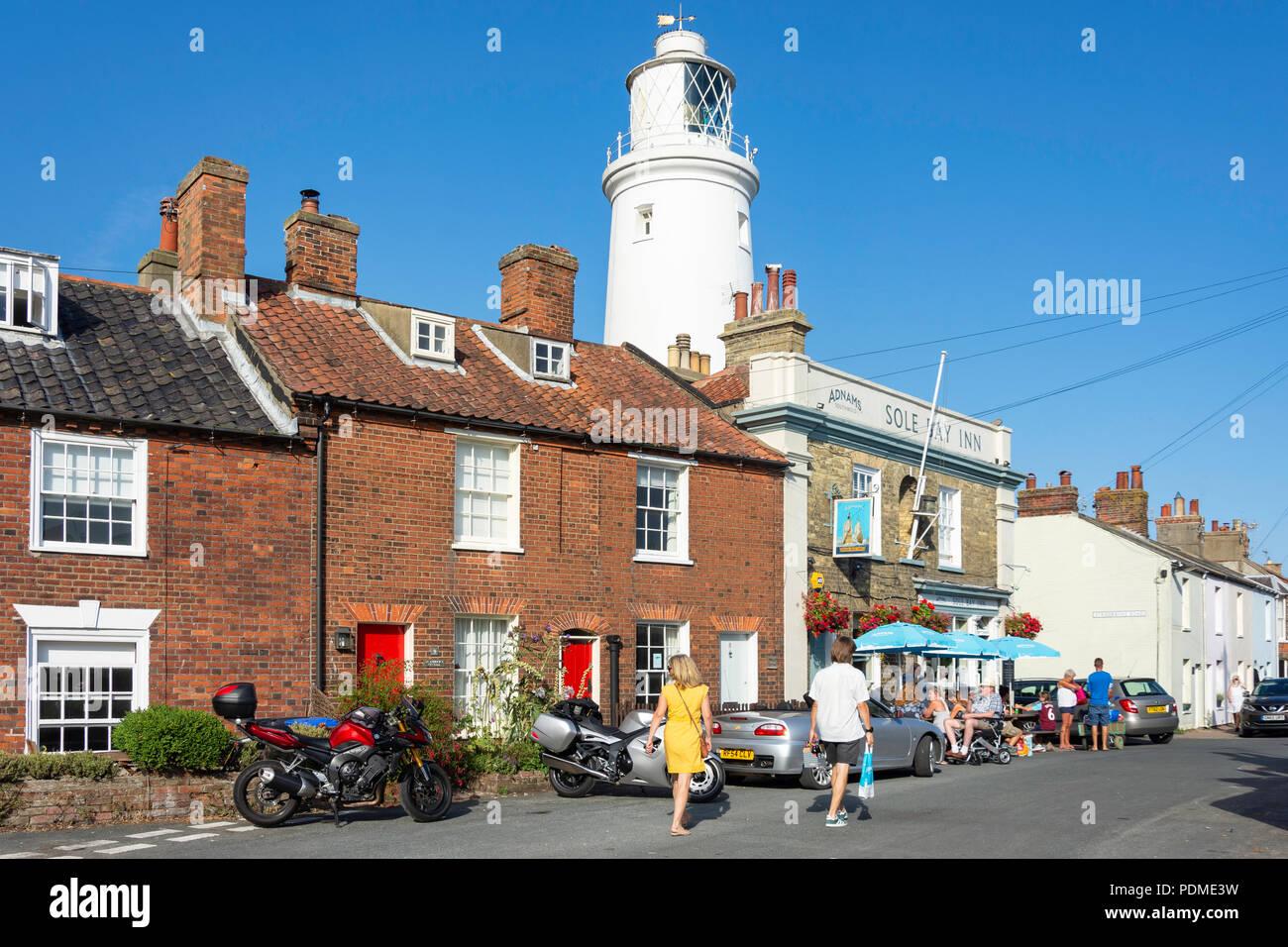 Periodo cottages, suola Bay Inn e del faro, Est verde, Southwold, Suffolk, Inghilterra, Regno Unito Immagini Stock